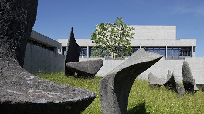 Kunstwerk von Alicia Penalba vor dem Hauptgebaeude der Universitaet St.Gallen (HSG)